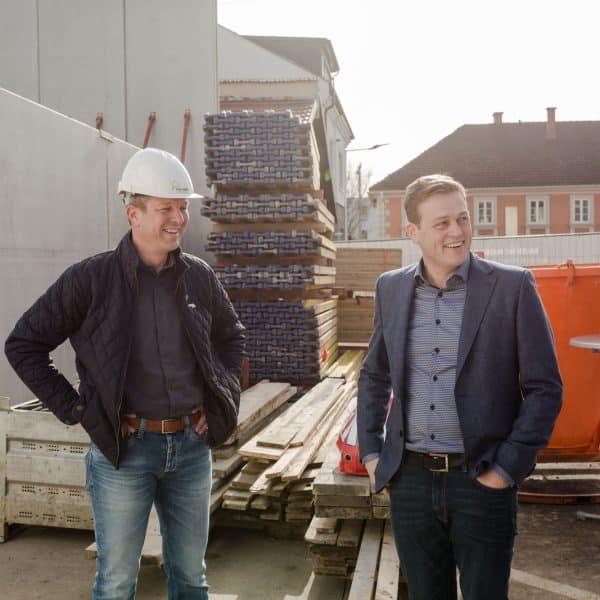 Bernhard Pointinger mit Stefan Kaineder auf der Baustelle des Massivholzbaus in Grieskirchen