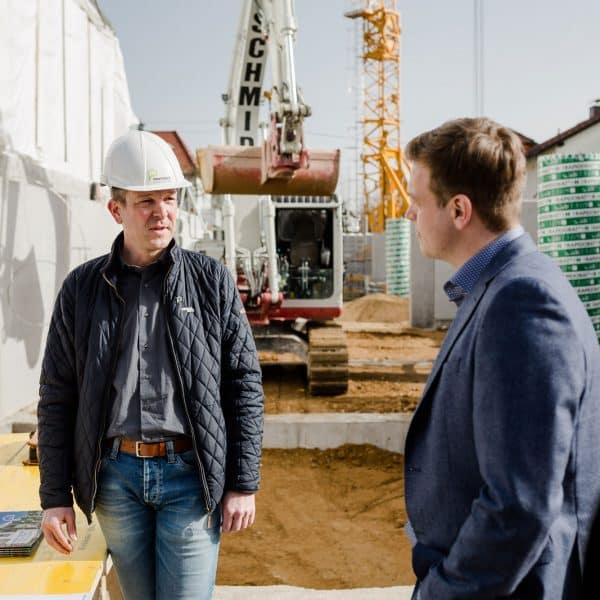 Dialog zwischen Bernhard Pointinger und Stefan Kaineder auf der Baustelle
