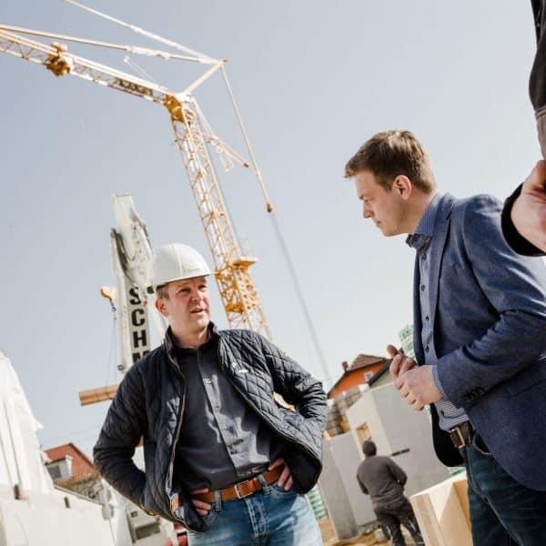 Bernhard Pointinger und Stefan Kaineder mit einem Kran im Hintergrund