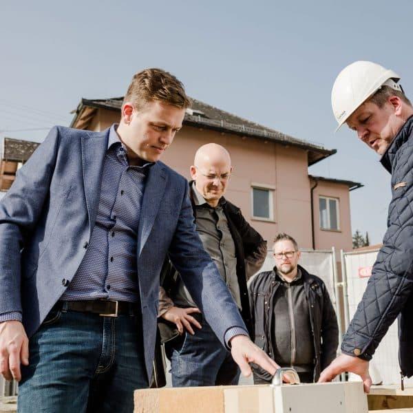 Stefan Kaineder befuehlt die Massivholzplatten mit Bernhard Pointinger